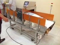 Máy dò kim loại trong thực phẩm được lắp đặt ở đâu trong quá trình sản xuất?